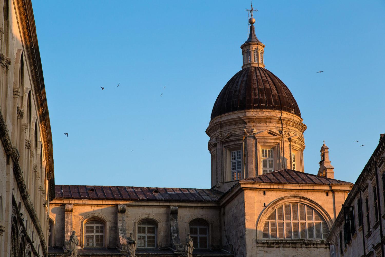 Kuppel einer Kirche in Dubrovnik mit kreisenden Vögeln