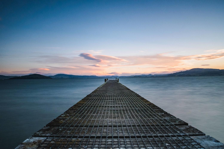Steg am Lake Rotorua im Abendlicht