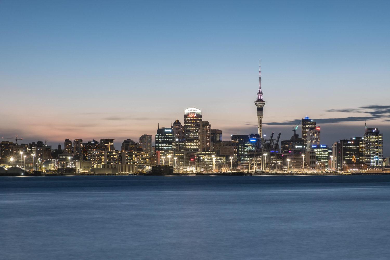 Skyline von Auckland in Neuseeland zur blauen Stunde von Davenpo