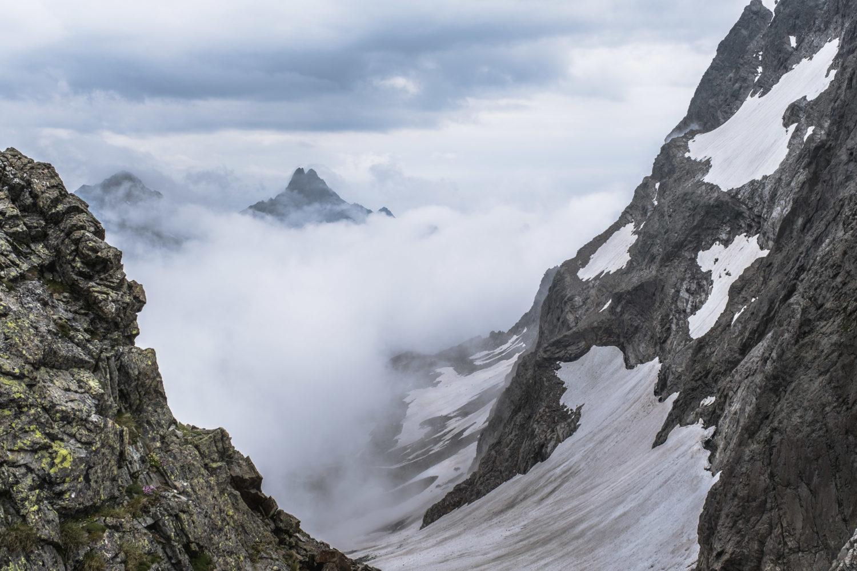 Spitze der Saumspitze zwischen tief hängenden Wolken