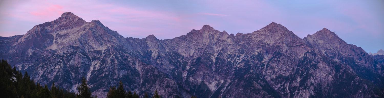 Bergkette im magentafarbenen Abendlicht