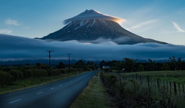 Straße mit Mount Taranaki im Hintergrund