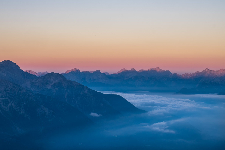 Sonnenaufgang vor Bergen im Bergell in Graubünden