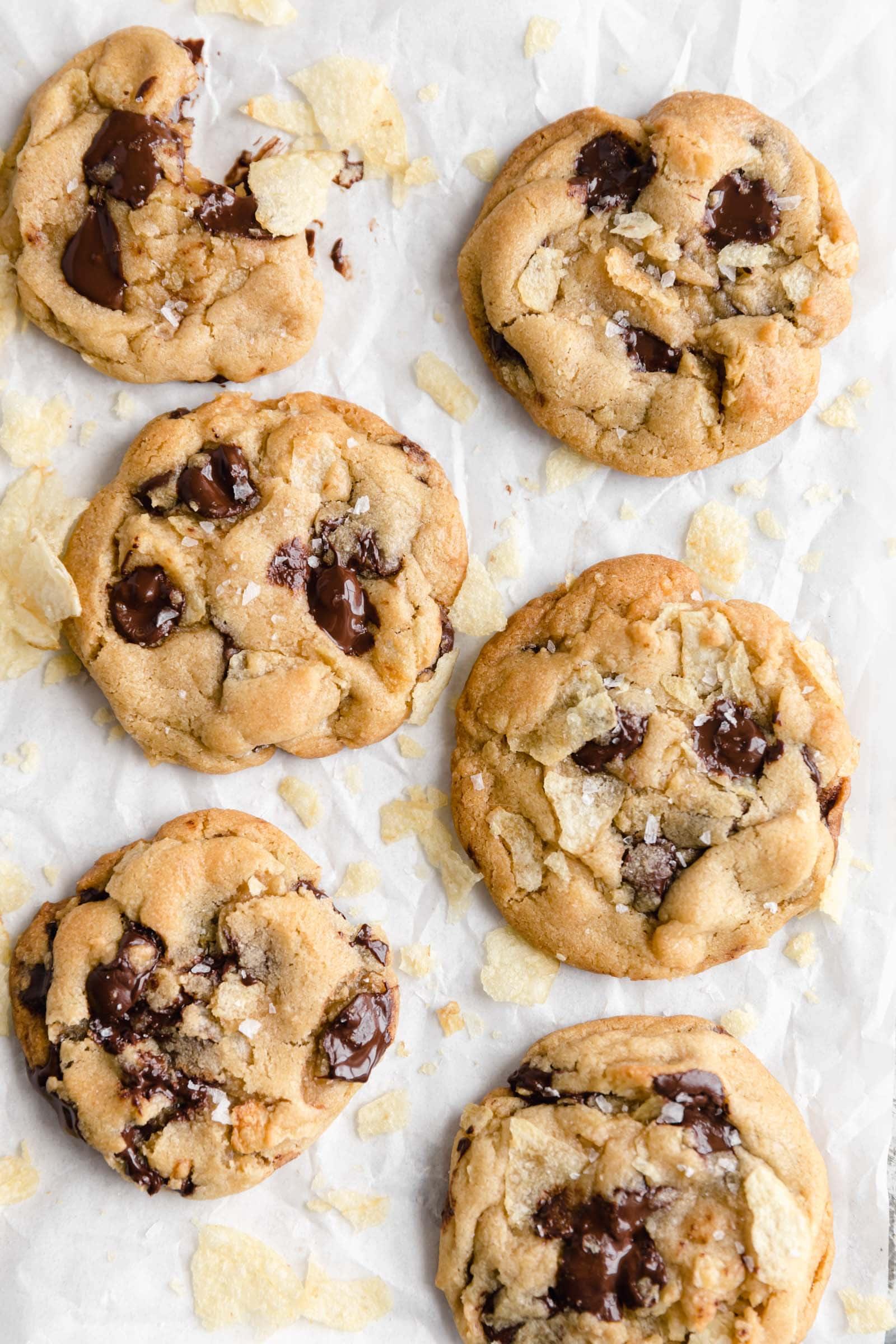 biscuits aux brisures de chocolat et aux pommes de terre sur papier parchemin