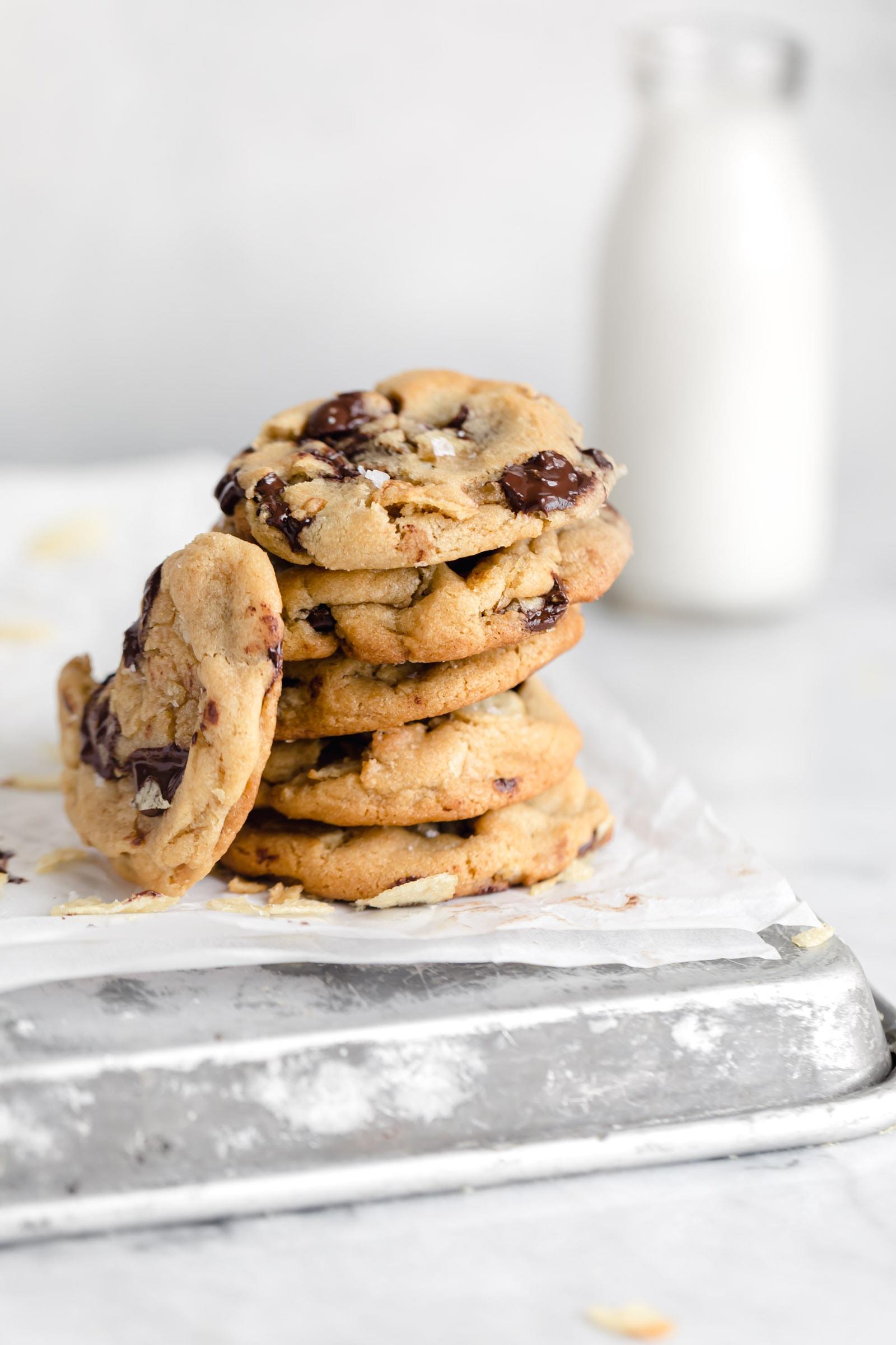 pile de biscuits aux brisures de pommes de terre et aux pépites de chocolat