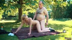 Loirinha faz sexo no parque ao ar livre com pai gordinho do tico pequeno