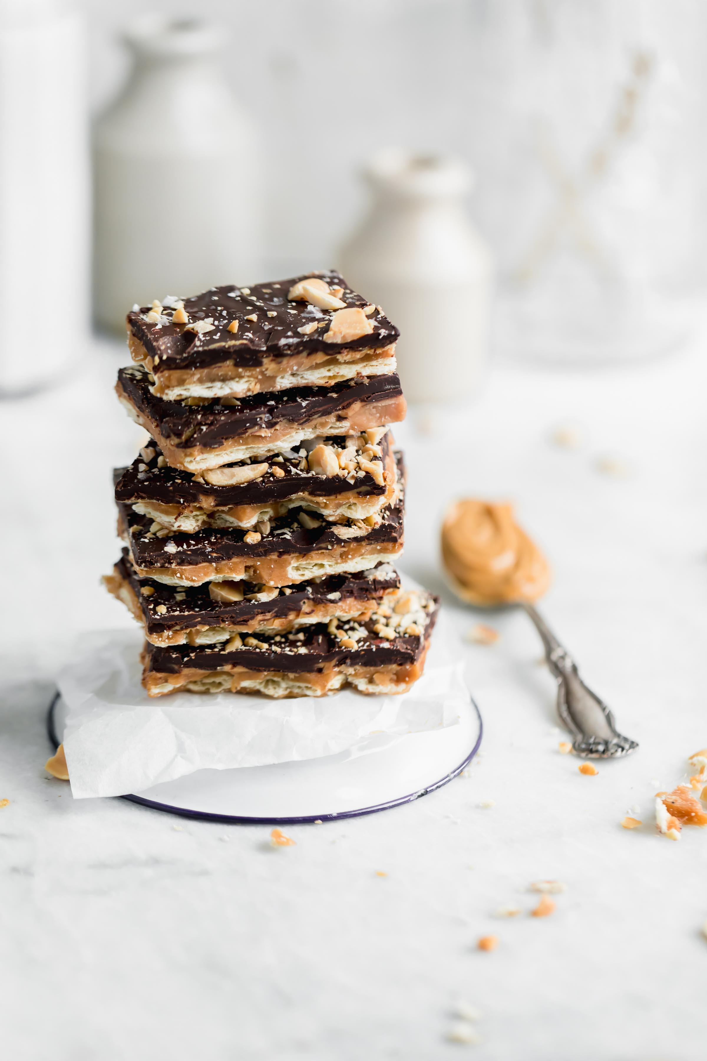 Pile d'écorce de caramel salé au beurre d'arachide. Une écorce douce, salée, croquante et onctueuse au caramel au beurre d'arachide, faite avec des ingrédients que vous avez probablement déjà dans votre garde-manger! Bonjour, chouette chose!
