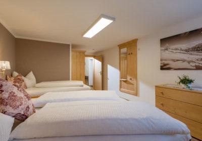 Appartements_Hof_Neuhaus_Burgstall_350_Mayrhofen_01_2020_Appartement_Winterzeit_Schlafzimmer_1