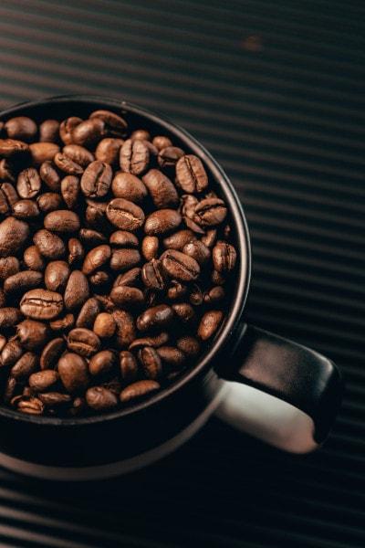 Tasse avec grains de cafe