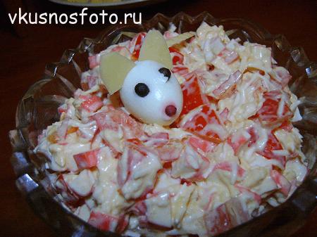 salat-krabovyie-palochki-pomidoryi-syir