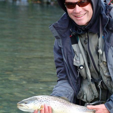 Fliegenfischen auf Barben und Forellen in der Schweiz