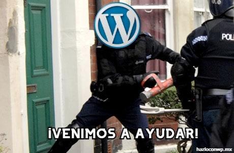 Muestra a un policía con el logo de WordPress como cabeza y que usa  un ariete para tumbar una puerta