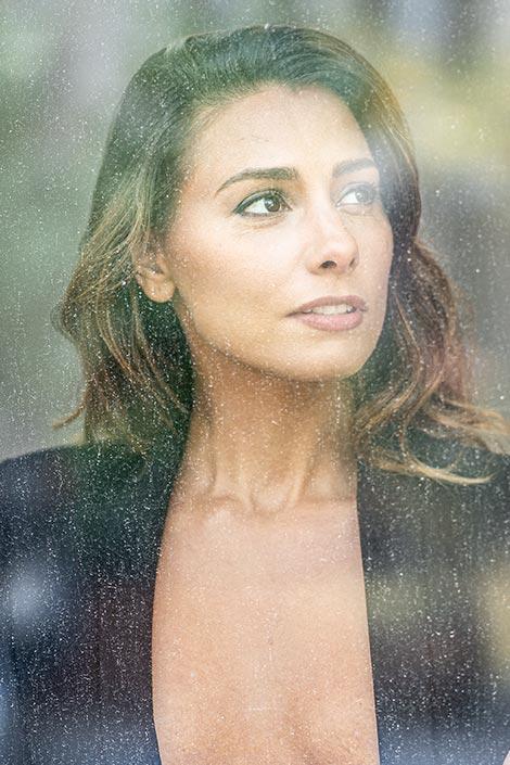 schöne Frau mit tiefsinnigen Blick