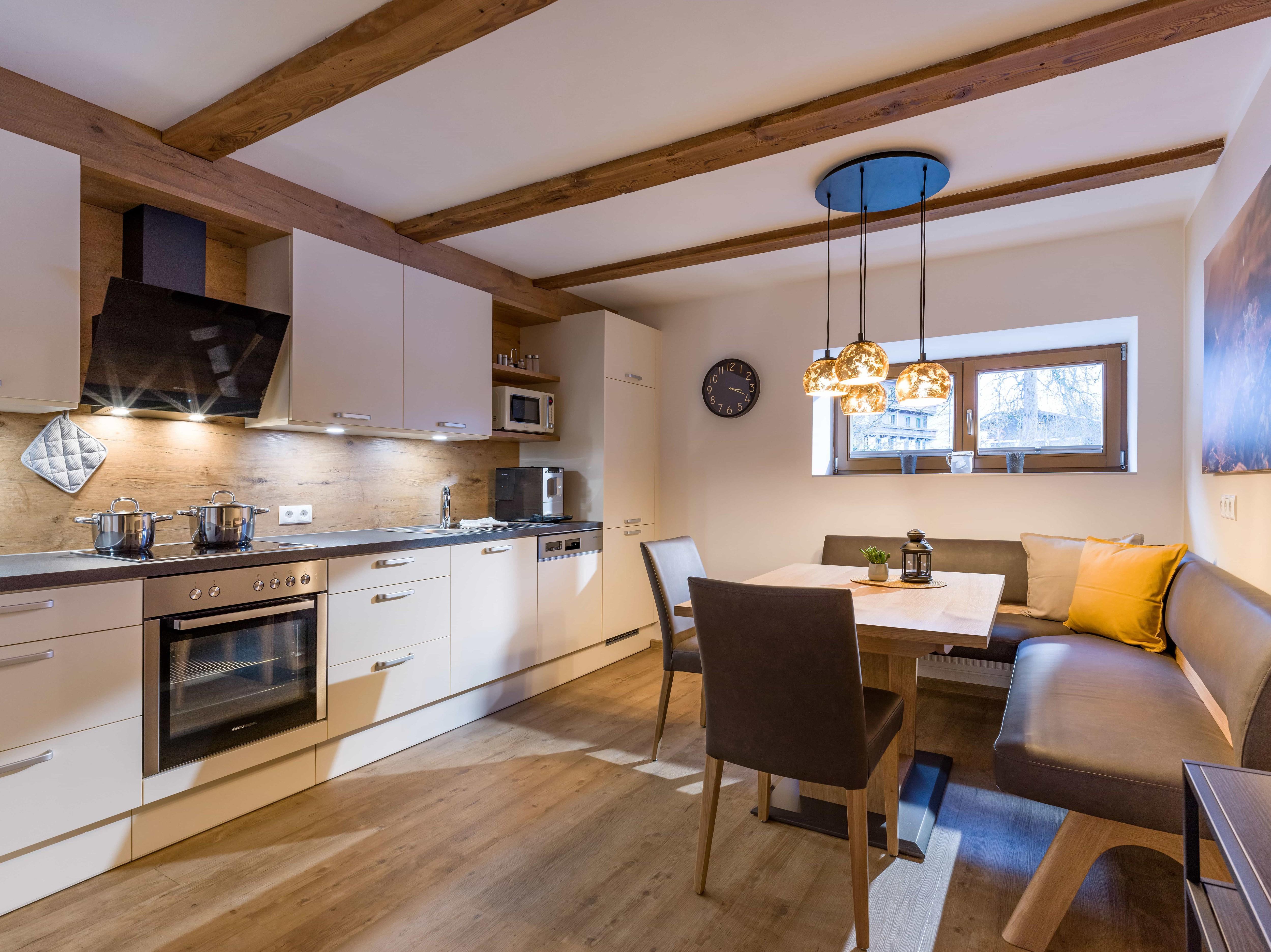 Appartements_Hof_Neuhaus_Burgstall_350_Mayrhofen_01_2020_Appartement_Winterzeit_Kueche(1)