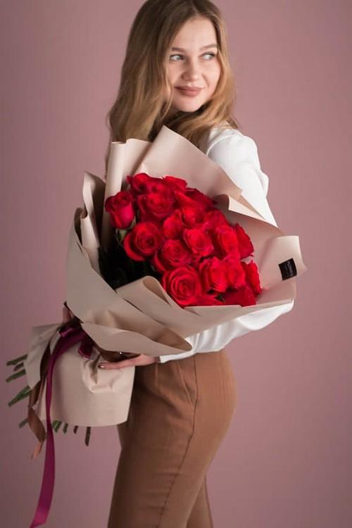 Классический букет из 21 красной розы в авторском оформлении №511 - Фото 32