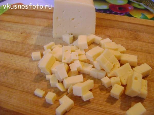 кубиками нарезаем сыр