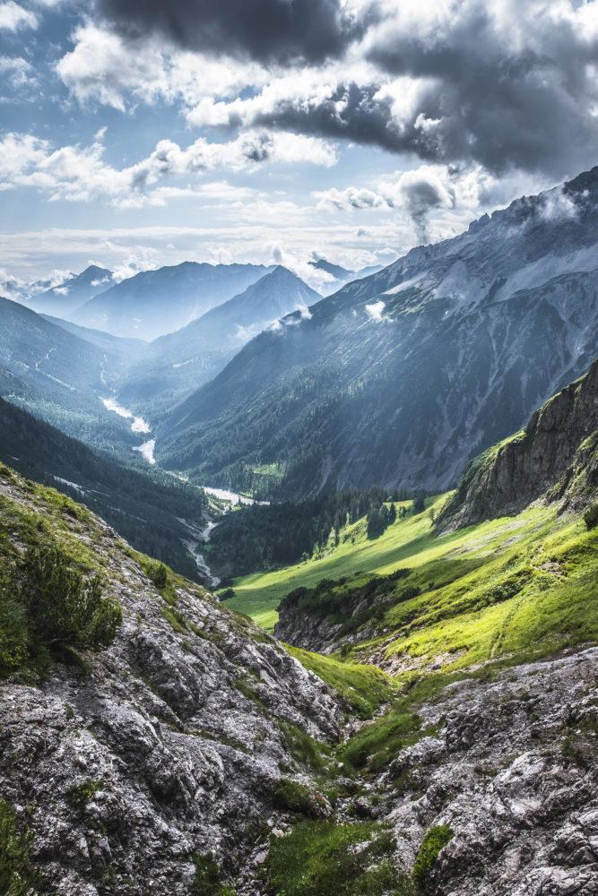Blick vom Jubiläumsweg in ein bewaldetes Tal in den Alpen