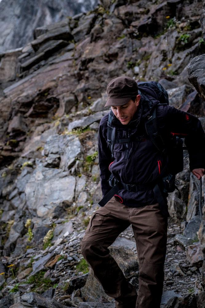 Wanderer steigt an einem Drahtseil über schroffes Gelände ab