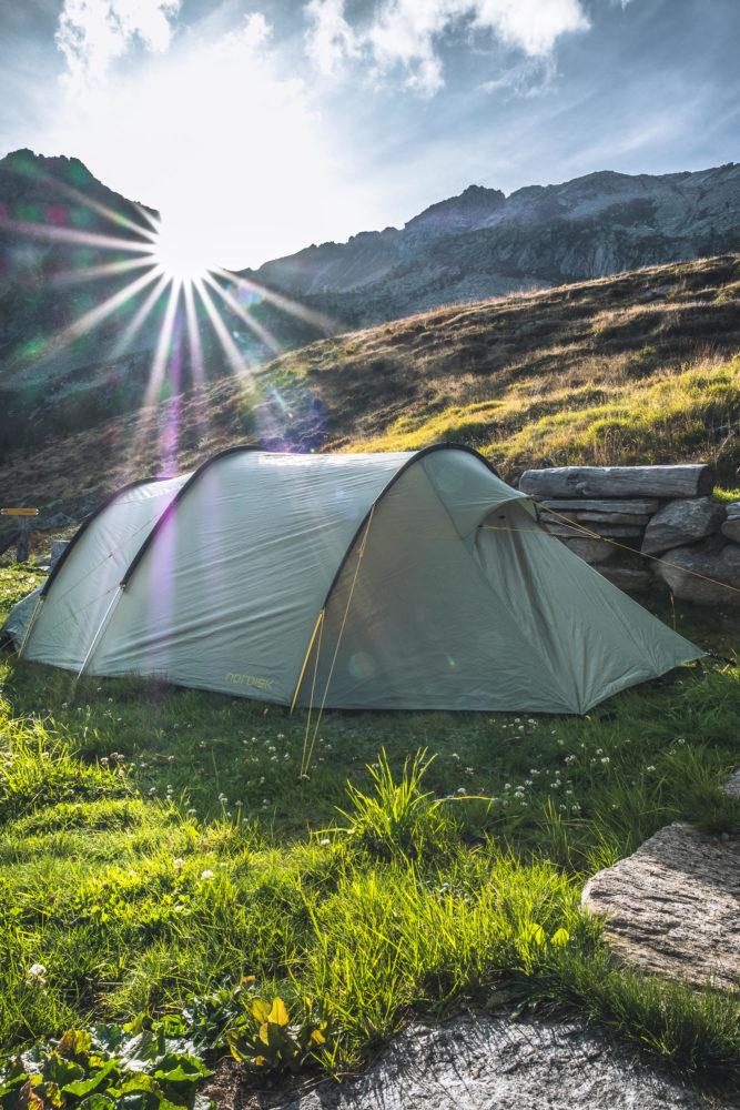 Zelt im Gras bei strahlendem Sonnenschein
