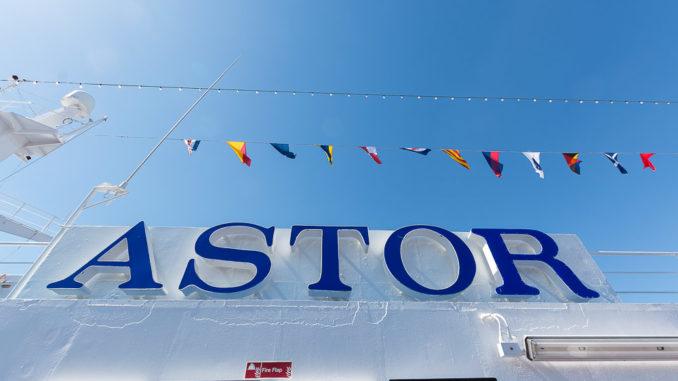 Die MS Astor bei strahlend blauem Himmel