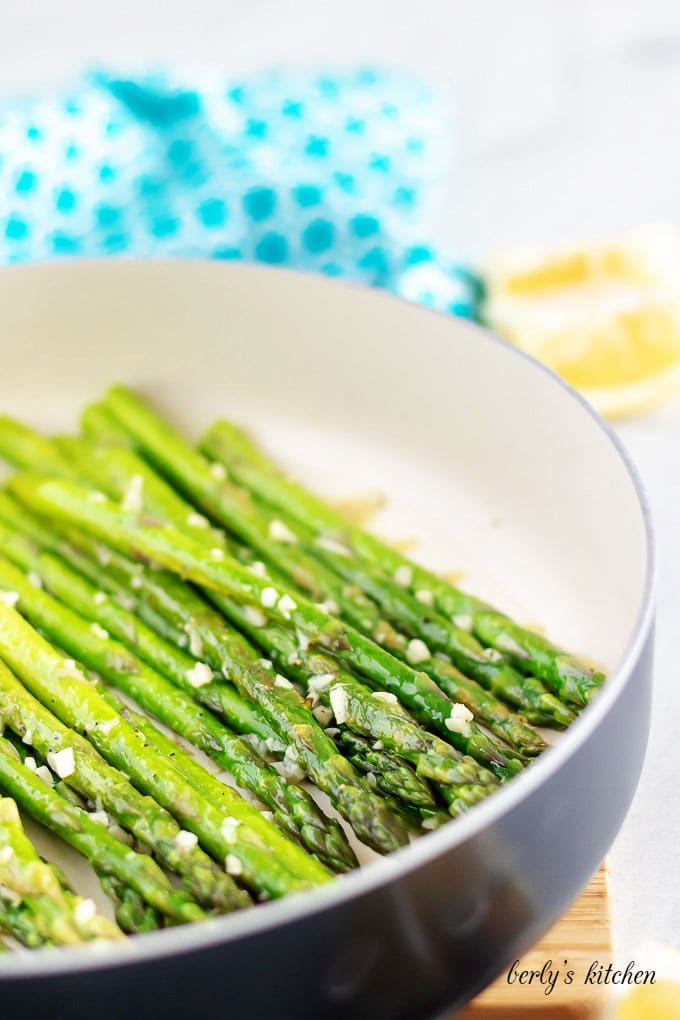The asparagus is almost done, so garlic has been added to cook.