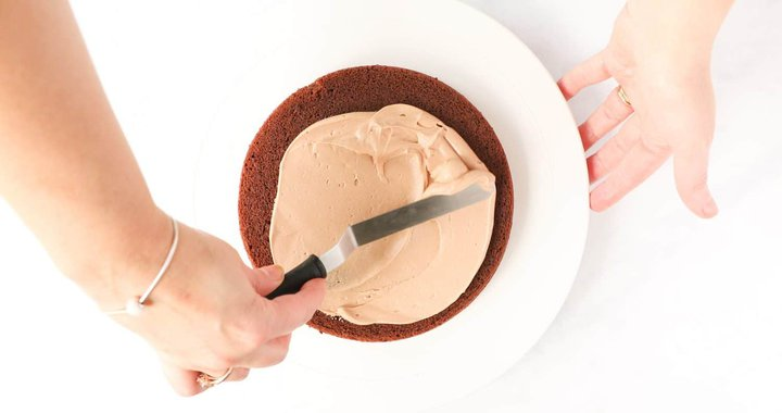 Spreading a cake with nutella buttercream.