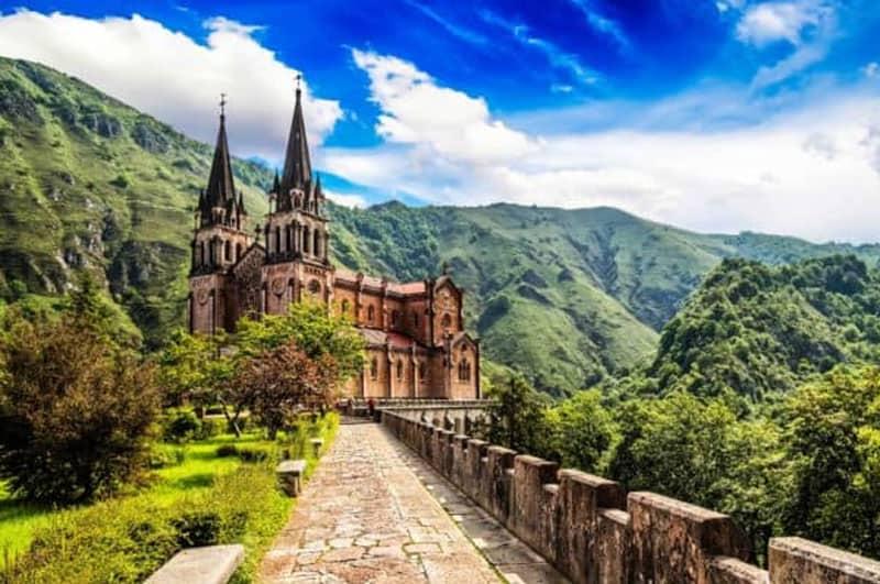 Excursión en autobús de día a Cangas de Onís, Basílica de Covadonga y Ribadesella.