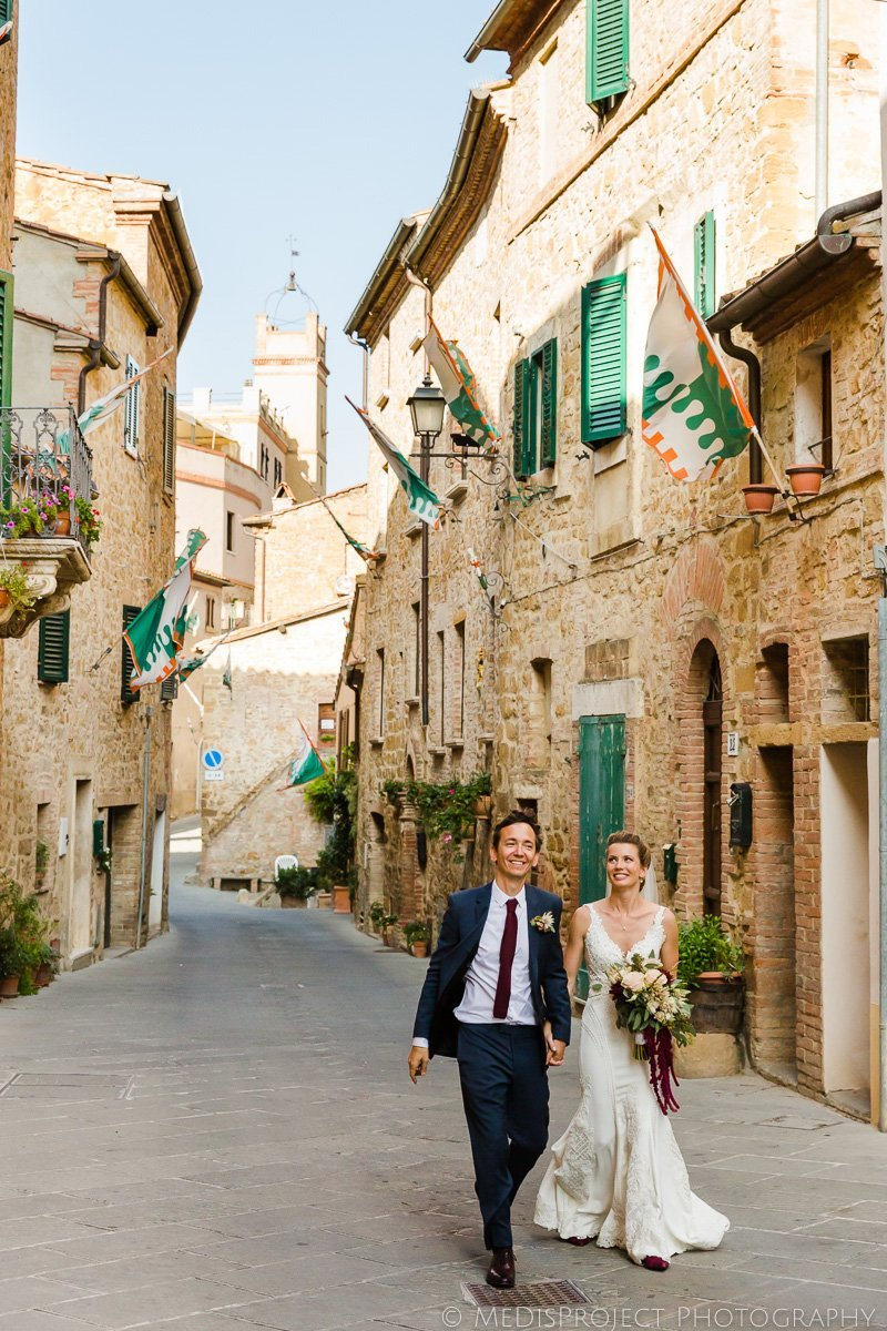 wedding photo session strolling a tuscan village