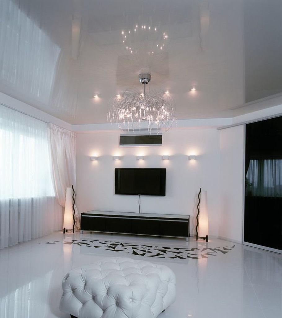 Глянцевый натяжной потолок в гостиной 22 м2 2