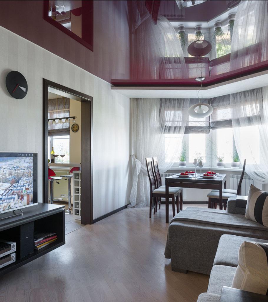 Глянцевый натяжной потолок в гостиной 19 м2 2