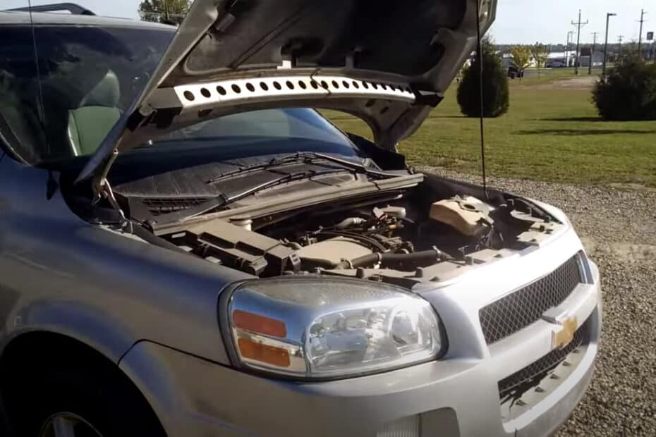 2005-chevy-uplander-hood-up
