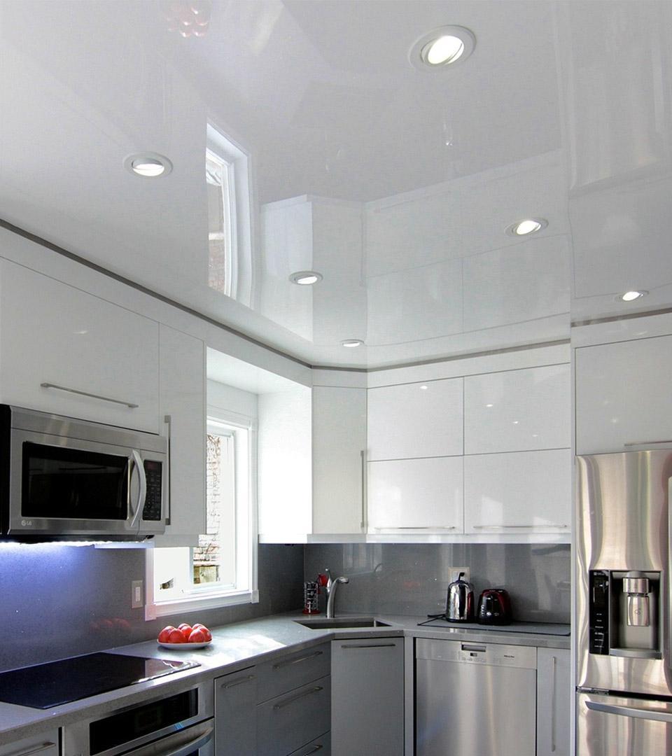 Глянцевый натяжной потолок на кухне 14 м2 2