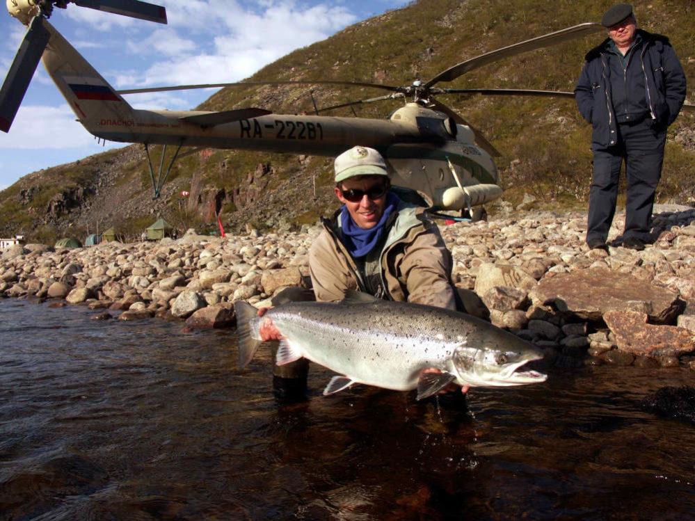 Fliegenfischen auf Lachs im Russland Angelurlaub