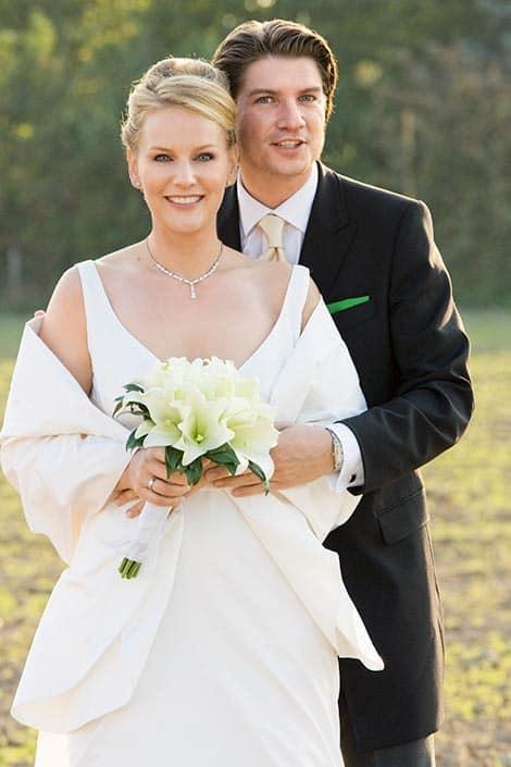 schönes Hochzeitsfoto im Gegenlicht