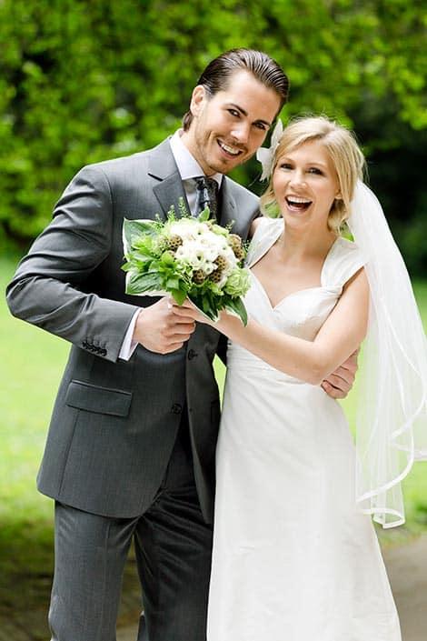 Hochzeitsfotograf mit Brautpaar vor dem Standesamt Düsseldorf