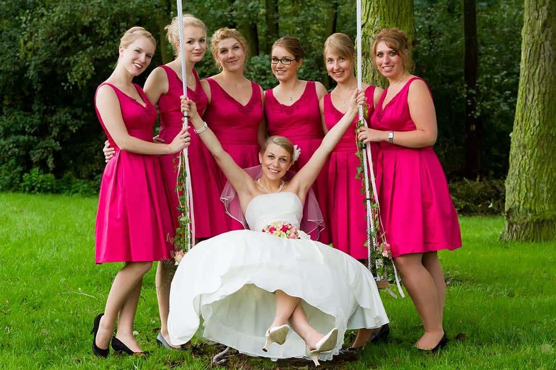 Die Braut umringt von Ihren Brautjungfern - diese sollen die bösen Geister von der Braut abhalten