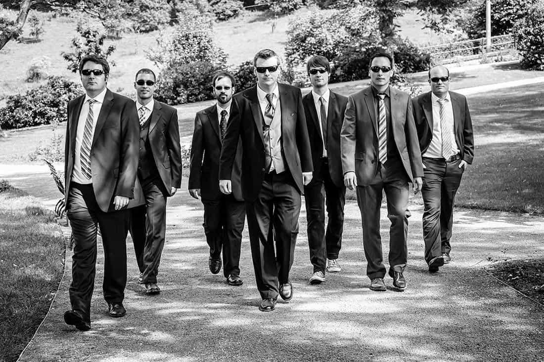 coole Männergang mit dem Bräutigam auf einer Hochzeitsfeier
