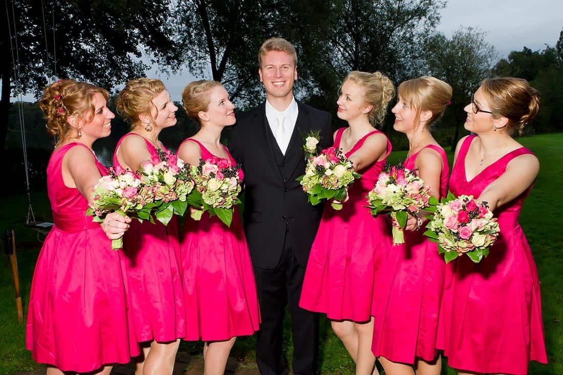 Der Bräutigam umringt von den schönen Brautjungfern