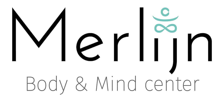 Logo van Merlijn Body & Mind center, met de naam 'Merlijn' met een figuurtje erboven van iemand in zitmeditatie.
