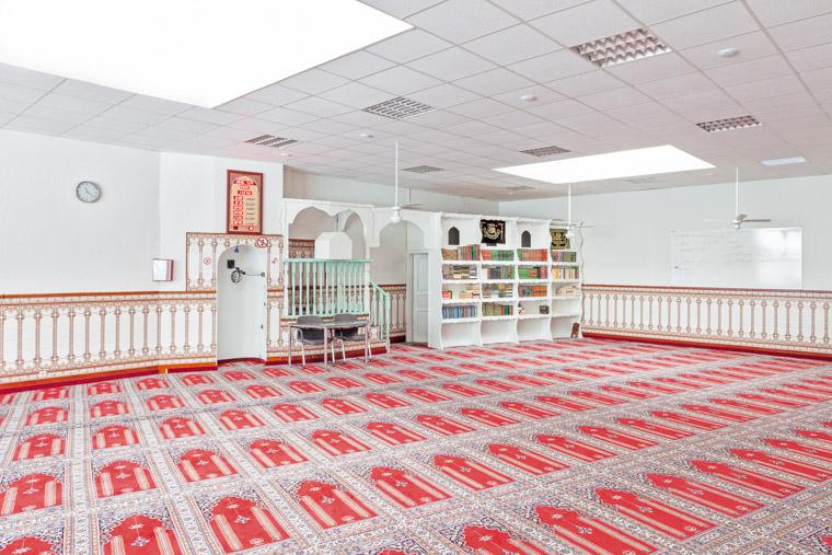 Gebetsraum der Abu Bakr Moschee Dortmund-Nordstadt gegründet 1976. / Prayer room of the Abu Bakr Mosque Dortmund-Nordstadt founded in 1976.