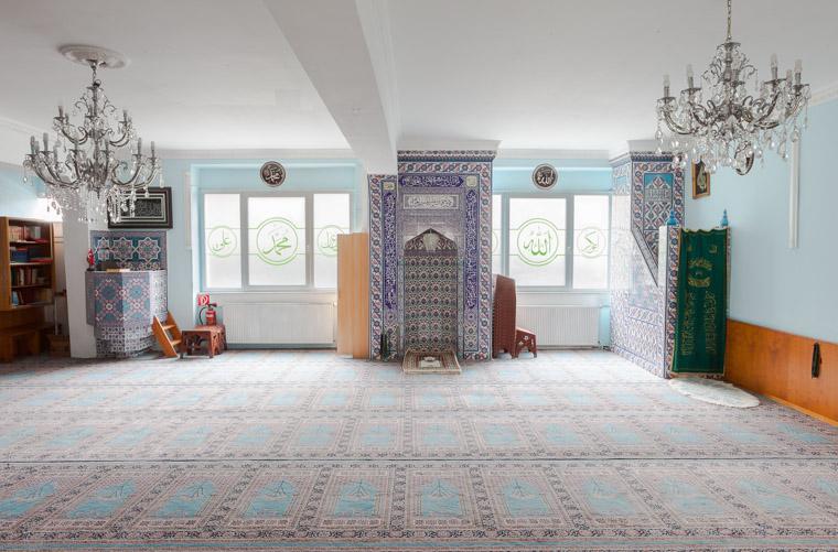 Gebetsraum der Ahmed Yesevi Moschee Dortmund-Nordstadt gegründet 1976. / Prayer room of the Ahmed Yesevi Mosque Dortmund-Nordstadt founded in 1976.