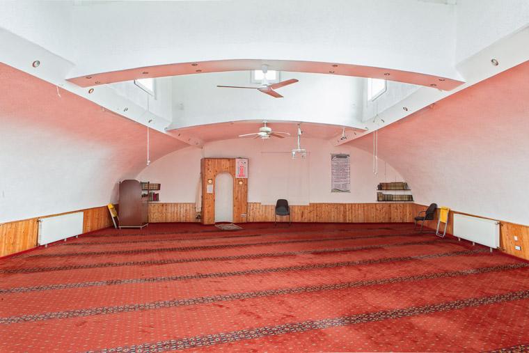 Gebetsraum der Al Fath Moschee Dortmund-Nordstadt gegründet 1999. / Prayer room of the Al Fath Mosque Dortmund-Nordstadt founded in 1999.