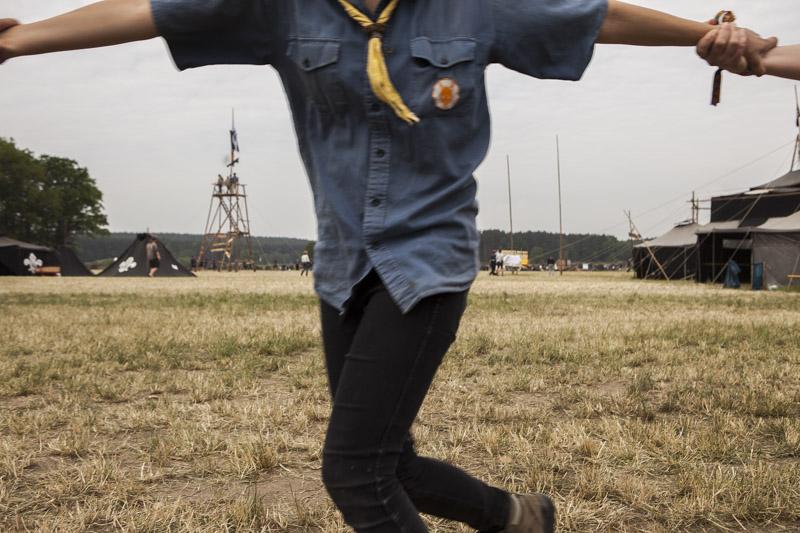 Pfadfinderinnen und Pfadfinder fassen sich beim Tanzen während eines Pfadfinderlagers in der Nähe von Allersdorf, Deutschland an den Händen. / Scouts hold hands while dancing during a scout camp near Allersdorf, Germany