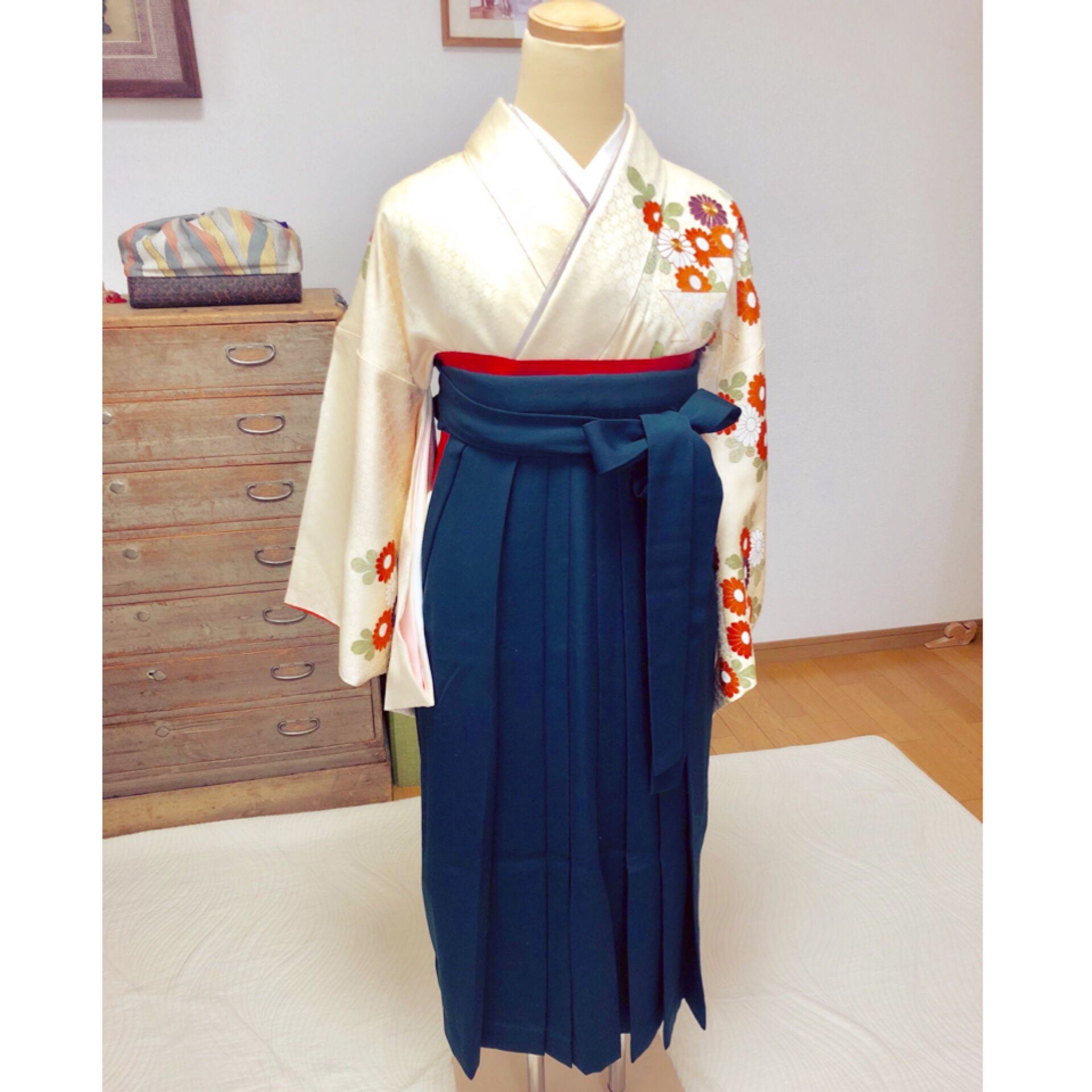 娘さんに文化祭の袴の着せ付けをされるお母様【大阪京橋の着付け教室きものたまより】