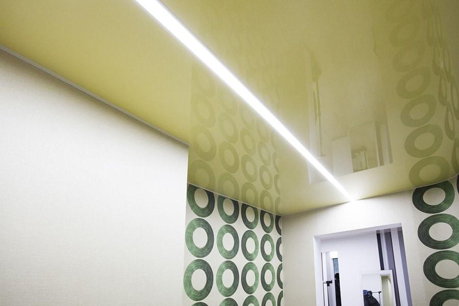 Натяжной потолок световые линии в прихожей 7 м2