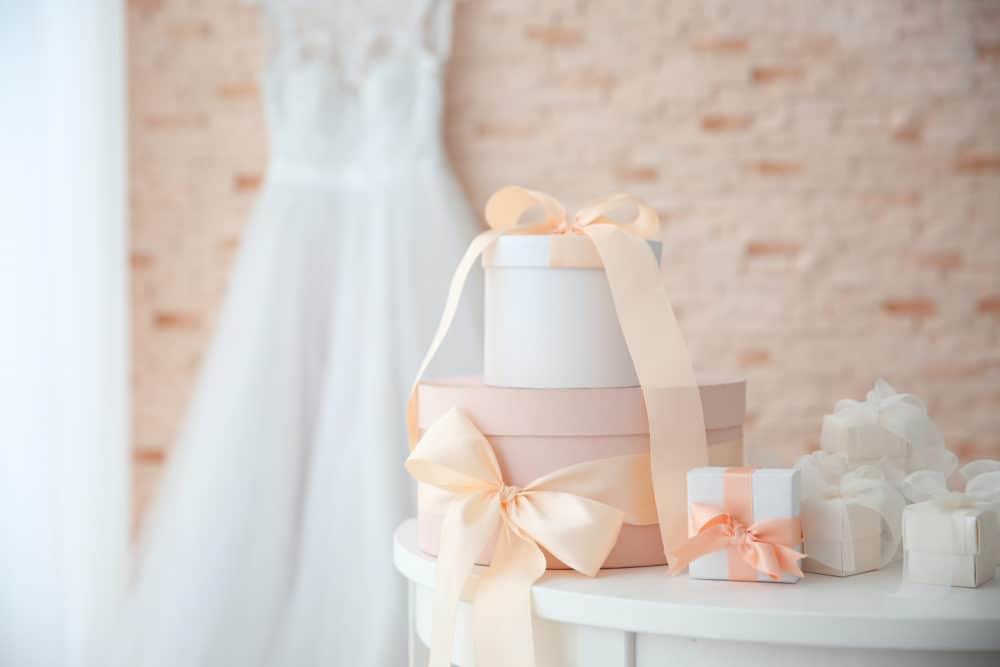 Brautkleidsuche Hochzeit Geschenketisch