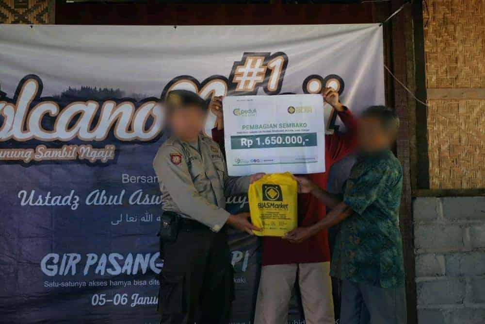 Pembagian Sembako Ke Daerah Terisolasi Penduduk Jurang Gligir Pasang Klaten Jawa Tengah