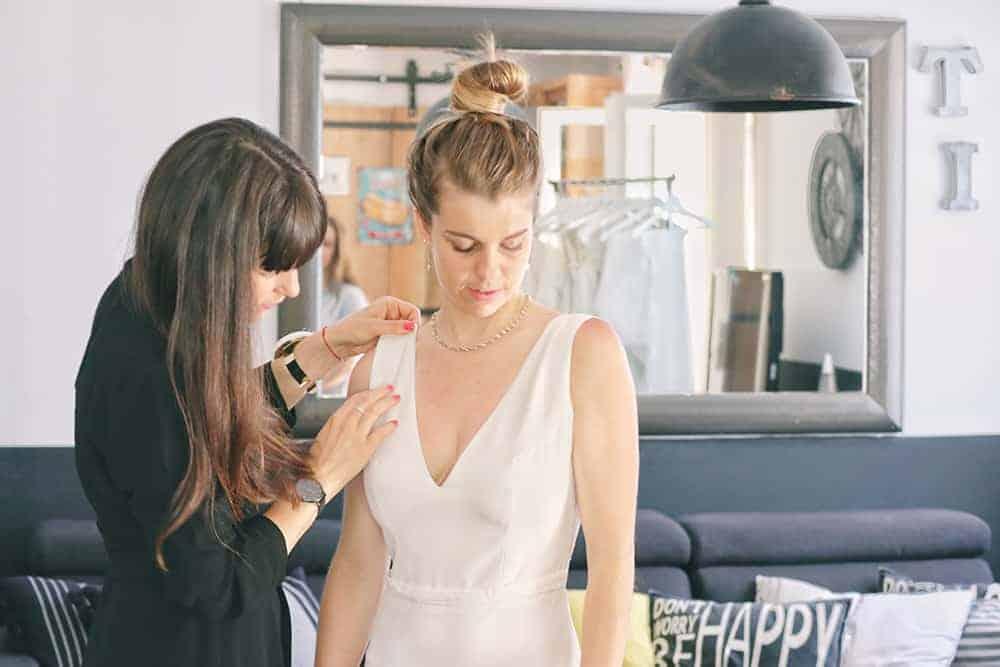 Robe de mariée à Marseille par Belle en soie Couture | Le deuxième essayage de votre robe de mariée