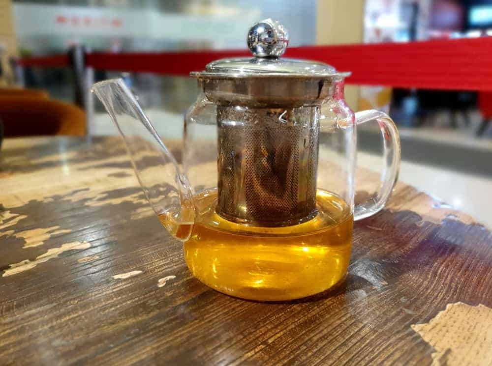 Glass teapot with for infusing tea leaves