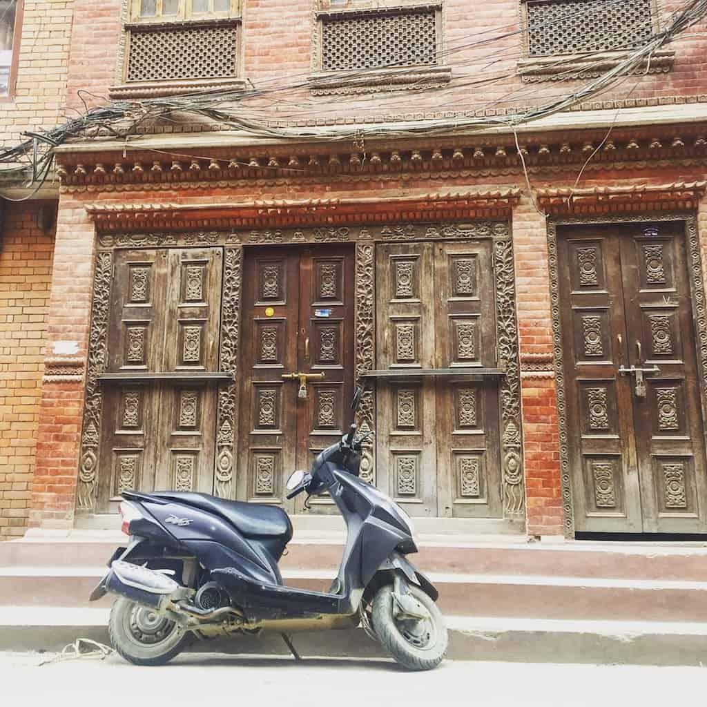 Kathmandu Sehenswürdigkeiten: Überall Holz, Backstein, Kabel und Scooter.
